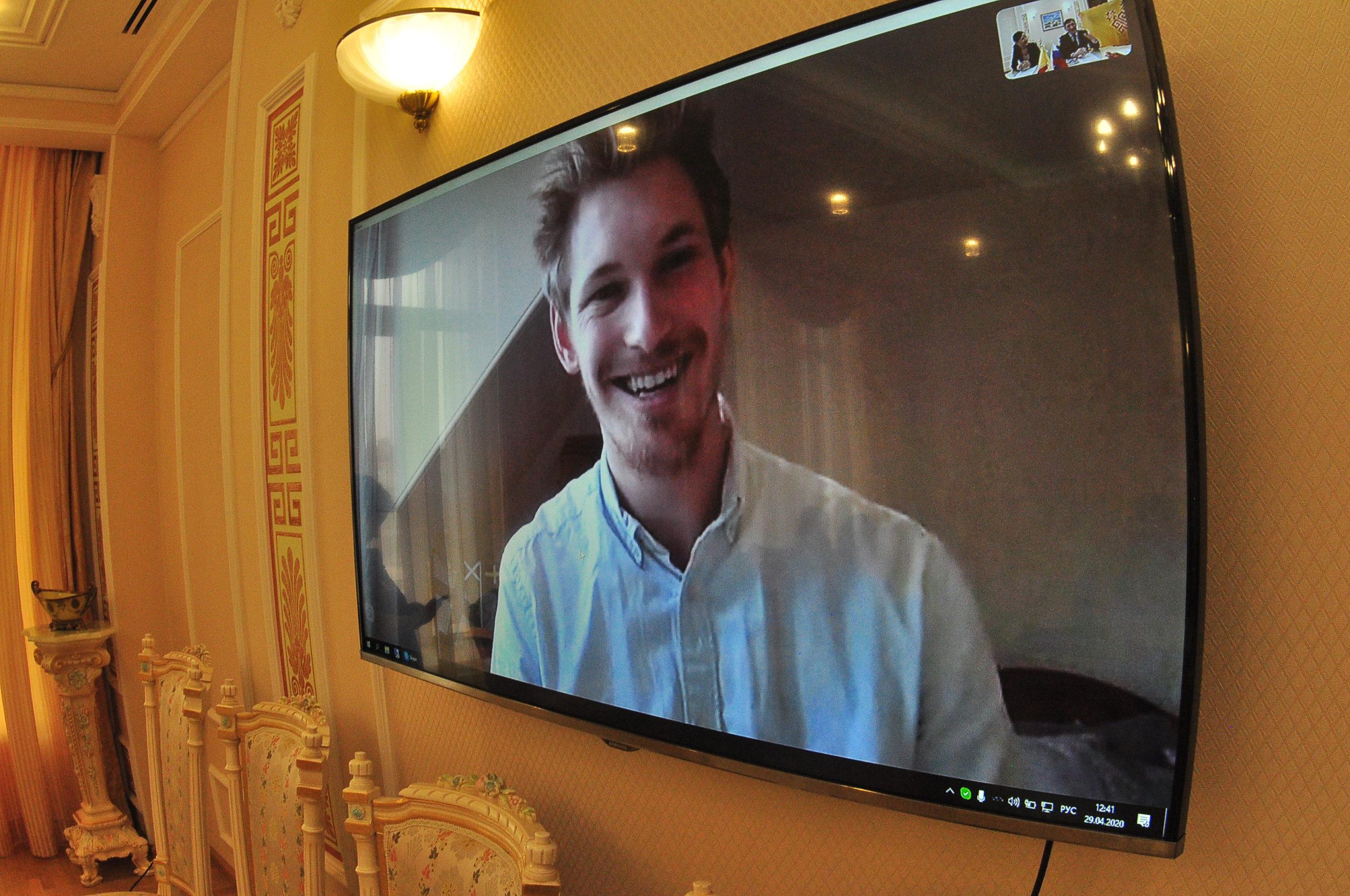 Олег Николаев подарил флаг Чувашии студенту из Шотландии