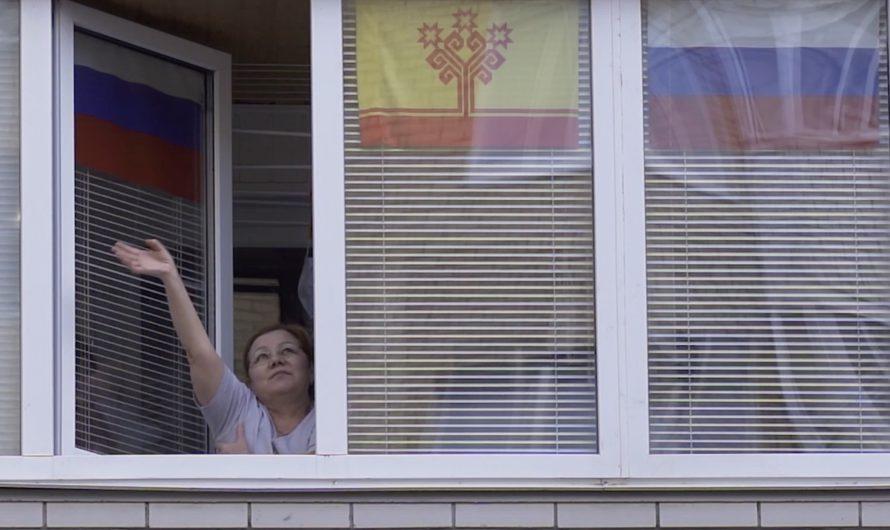 В Чебоксарах в День Победы военные песни звучали из окон квартир и с балконов