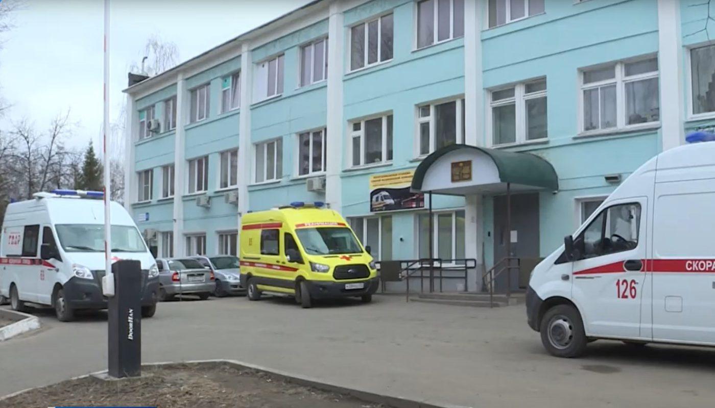 кареты скорой перед больницей