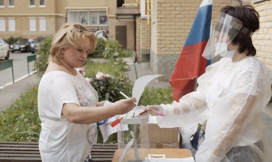 Жители Чувашии голосуют во дворах целыми семьями