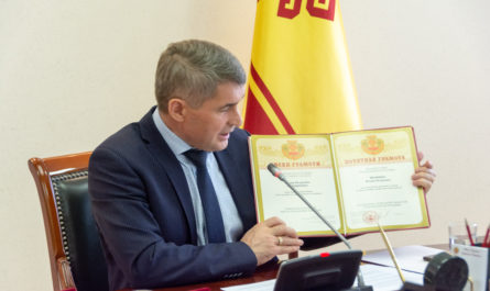 Олег Николаев вручает Почетную грамоту