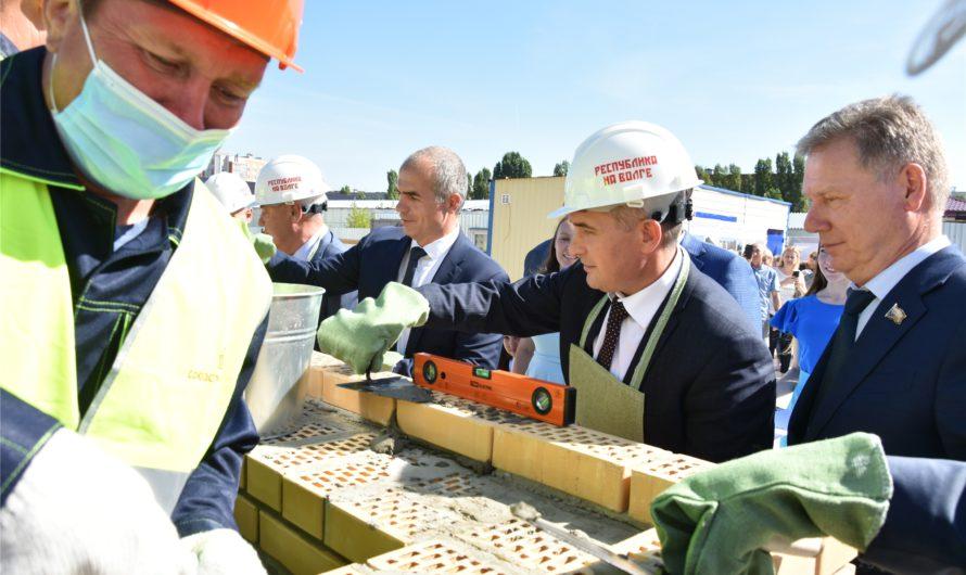 Олег Николаев заложил камень в основание крупнейшей школы в Чувашии