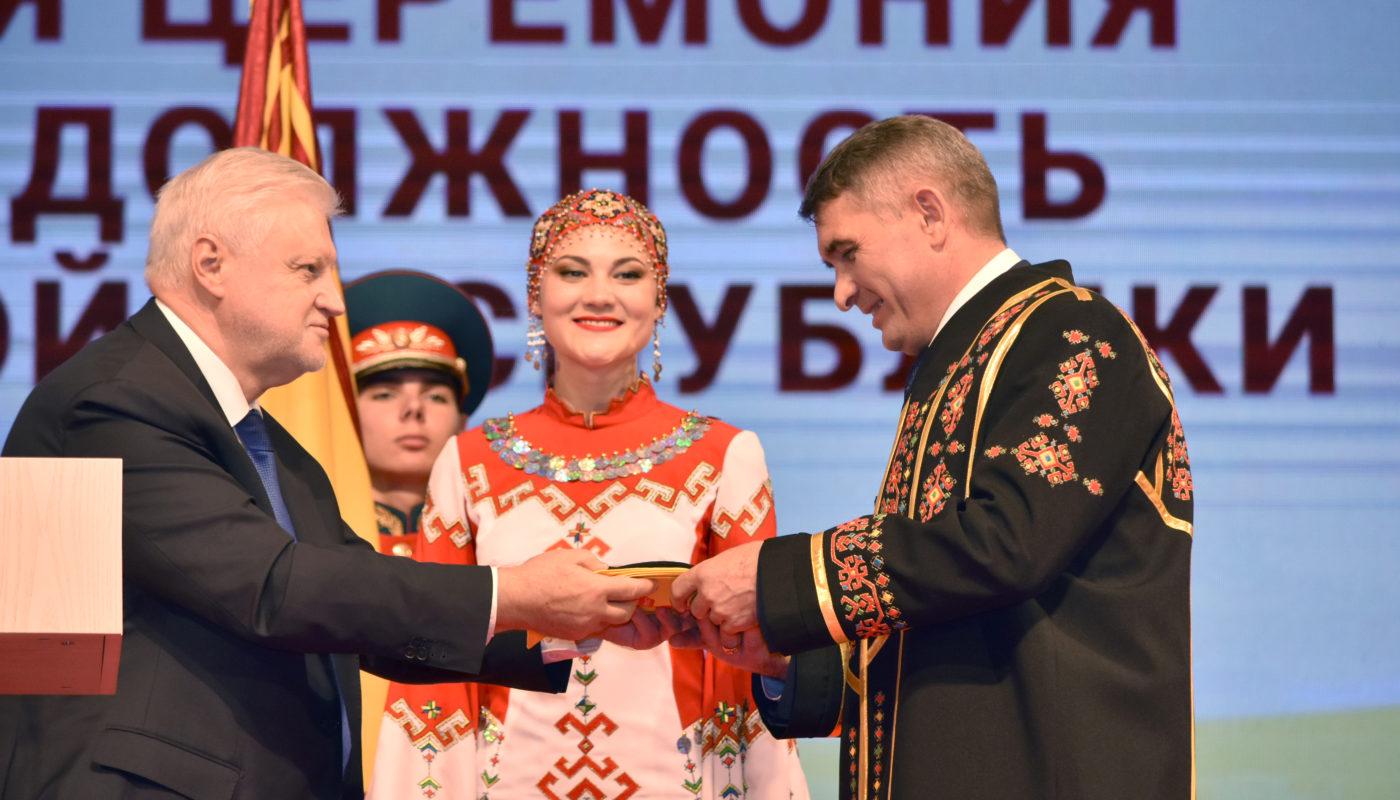 Олег Николаев получил шупар как напоминание о чувашских традициях и доверии народа