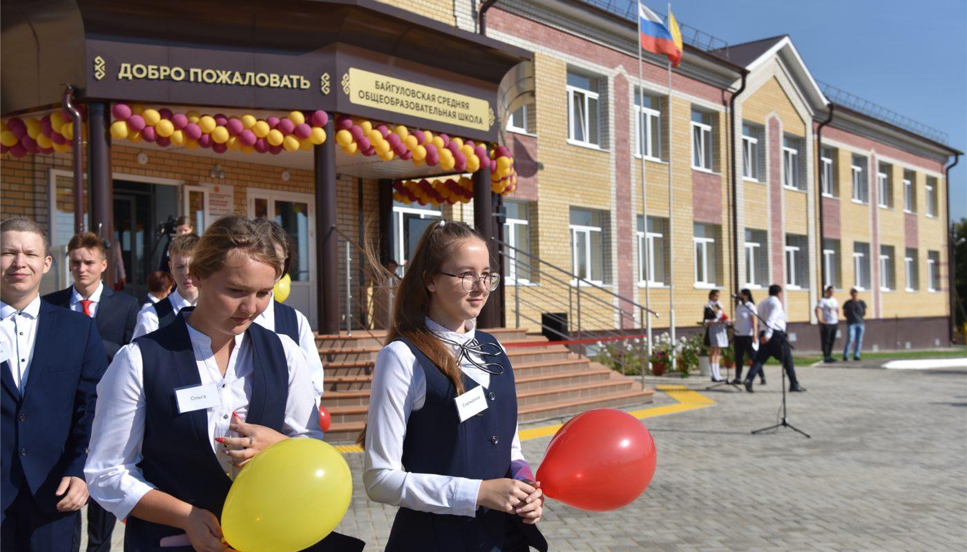 Олег Николаев открыл еще одну новую школу в Чувашии