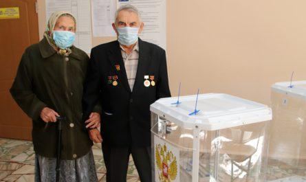 Первостроитель и Почетный гражданин Новочебоксарска Иван Николаев проголосовал на выборах вместе с супругой