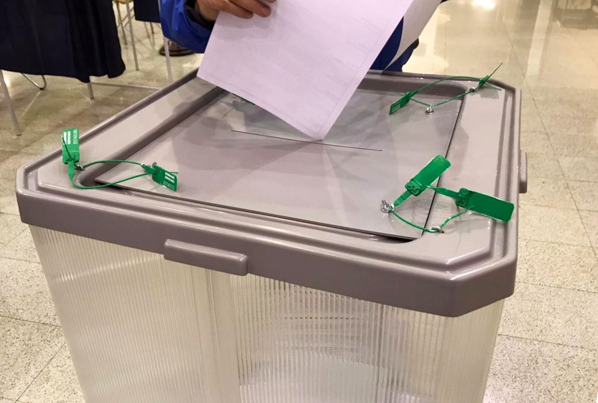 Пытались и дважды проголосовать, и агитационные материалы раздавать