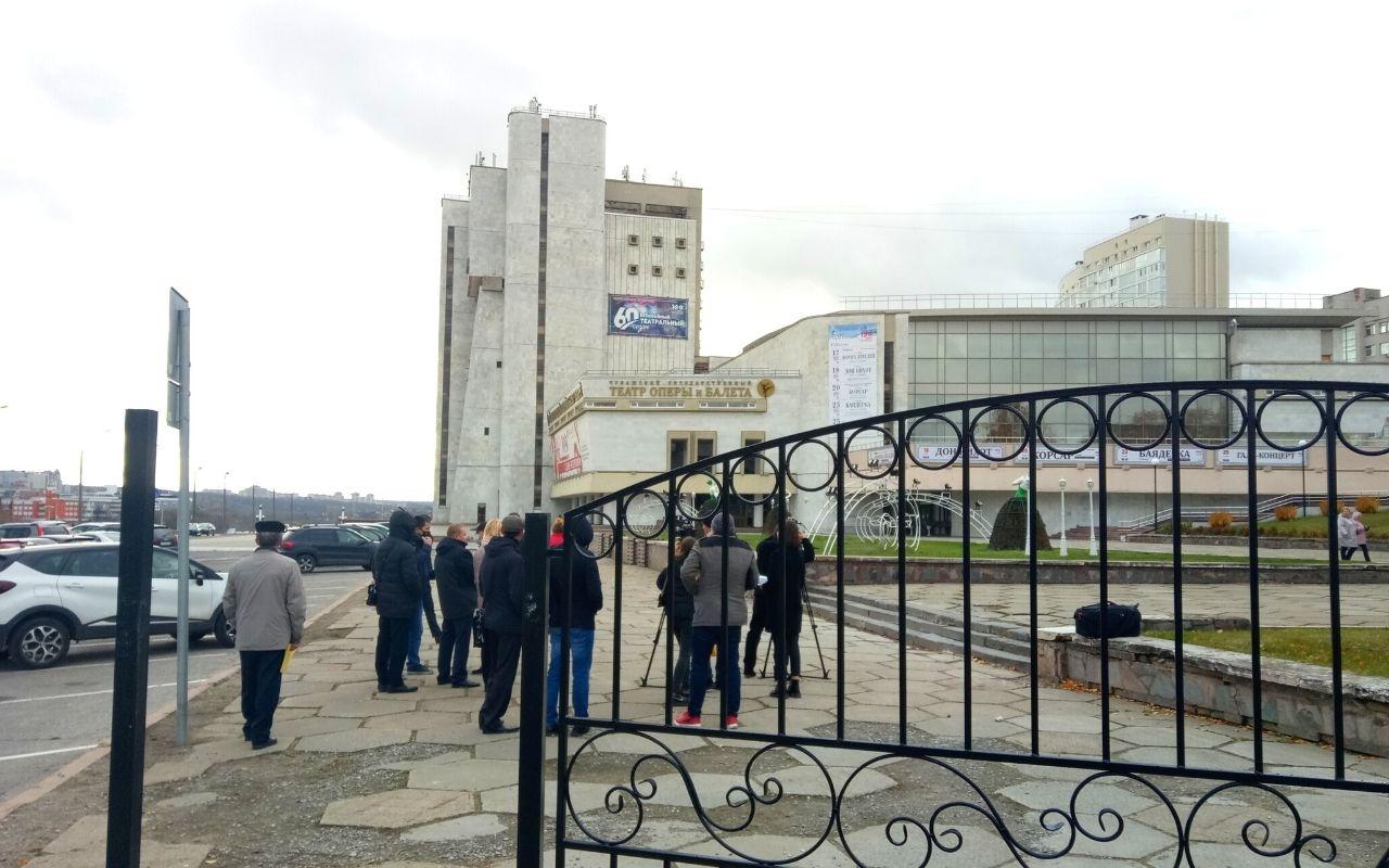 Забор около Театра оперы и балеты в Чебоксарах: быть или не быть?