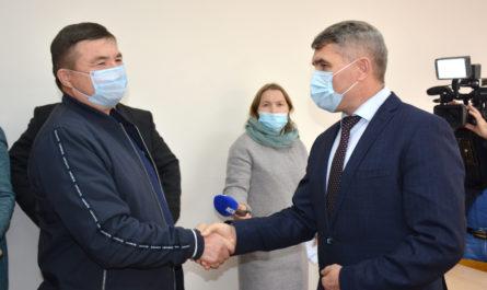 Олег Николаев поблагодарил подрядчиков, завершивших капремонт в Вурнарской школе