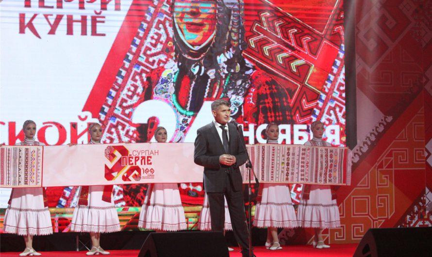 Олег Николаев предложил создать каталог национальных вышивок народов России