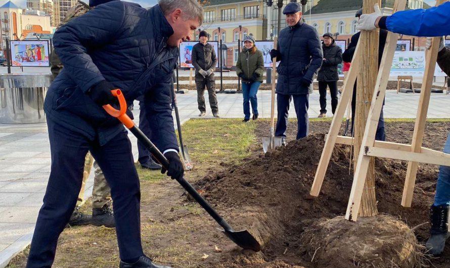 Олег Николаев высадил дуб на Красной площади Чебоксар