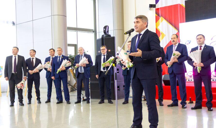 На весеннем вернисаже Олег Николаев поздравил женщин Чувашии с наступающим праздником