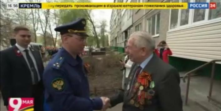 Ветеранов Новочебоксарска поздравили парадом у их домов